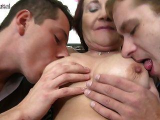 淘氣的成熟媽媽他媽的兩個男孩一次
