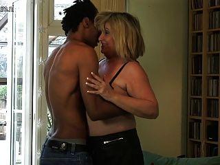 大奶奶他媽的年輕黑人男孩
