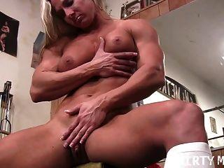 性感的水牛金發女郎在健身房裡她的大屁股