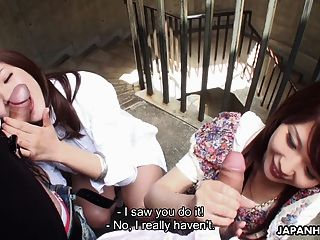 兩個放蕩的亞洲蕩婦吮在樓梯間的伙計