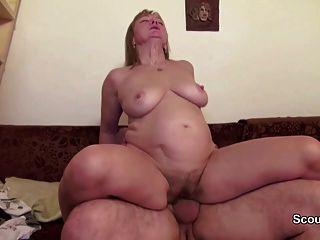 媽媽和爸爸在真正的色情鑄造因為需要錢