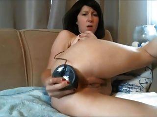 diana攝像頭milf推一個巨大的黑色假陽具在她的屁股
