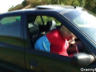 80歲的ch子被擰在車裡