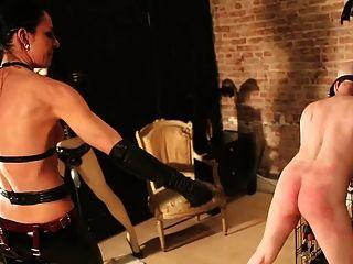 奴隸被女主人和她的窗口假人穿透
