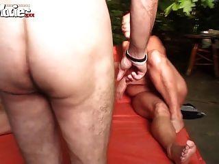 有趣的電影業餘德國foursome在花園裡