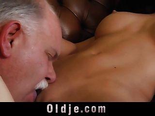 性感豐富的年輕女孩使用老僕人做性