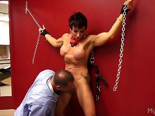 肌肉女人得到她的陰蒂玩