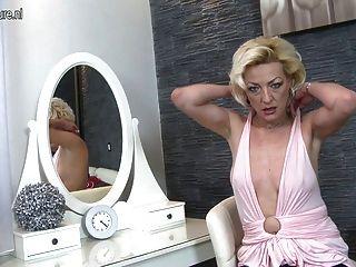 使用與她濕貓的成熟白膚金發的媽媽