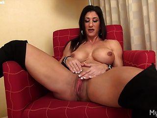 赤裸女性肌肉與她的大陰蒂一起玩