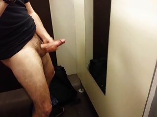 str8 everett wanking在更衣室裡
