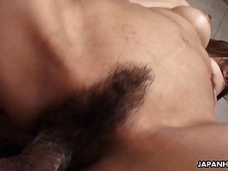 亞洲黑髮蕩婦得到性交小狗風格