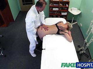 fakehospital金發的紋身寶貝性交由她的醫生