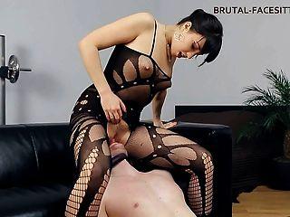 女性面對bodystocking