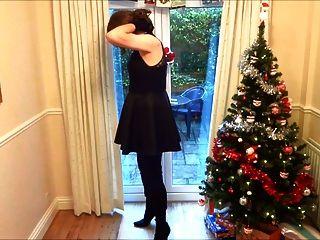 在大腿靴的手槍在聖誕樹下