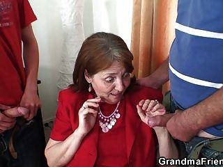 非常老的奶奶從兩端採取它
