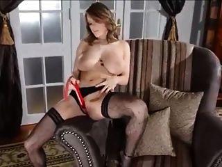 性感的金發女郎在優雅的長筒襪玩具自己