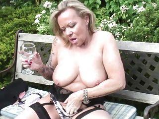 成熟的妓女母親和妻子與渴的貓