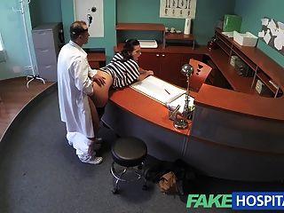 偽造的醫生清空他的口袋,以緩解性感的病人