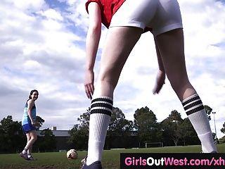 多毛的女同性戀足球運動員訓練後舔