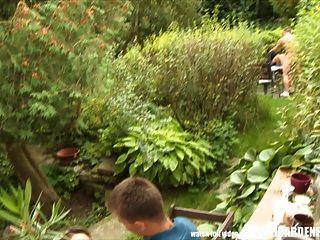 戶外性狂歡在花園聚會期間