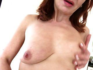 成熟女傭媽媽與飢餓的陰道