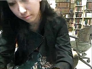 在圖書館學習休息