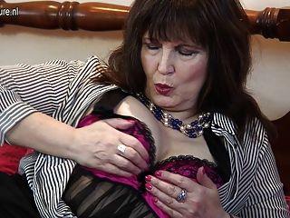 優雅的奶奶擦她的陰蒂和。子