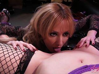 性感的金發女郎吃她的女朋友的陰部