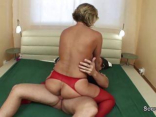 德國媽媽甦醒年輕男子他媽的鐵桿