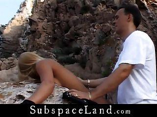 金發碧眼的皮條客綁在海邊的懸崖上,由她的dom男性操