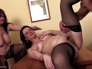 三個淫穢的母親吸和他媽的一個年輕的傢伙