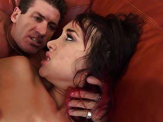 填充她的屁股,她被錘擊像一個妓女