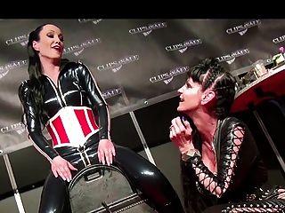 一個sybian的性高潮在現場表演