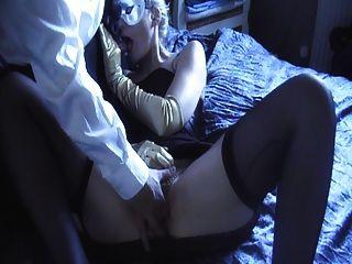柔滑的黑色緞禮服,內褲和手套