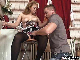 長襪的熱媽媽騎他的大肉