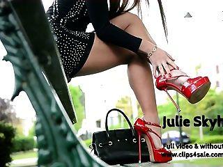 最好的妓女閃爍在迷你裙街平台的高跟鞋