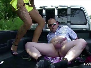 德國年輕街道妓女由更老的人性交為金錢