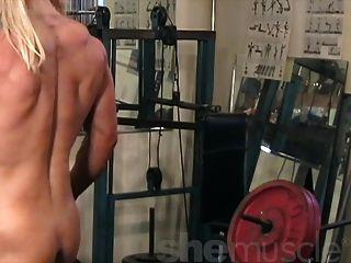 梅麗莎dettwiller赤裸在健身房裡