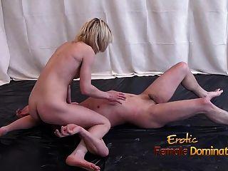 踢拳擊女孩炫耀她的在一次裸體混合的戰鬥的技能