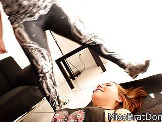 彎曲胖乎乎的女孩臭屁股窒息在綁腿