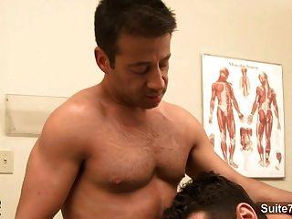 有魅力的醫生在工作被他的同性戀患者釘牢