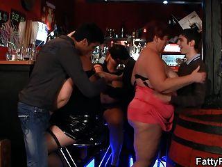 巨大的胸部bbw在酒吧有樂趣