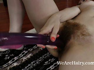delta freya有一個巨大的紫色假陽具的樂趣