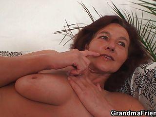 瘦的老奶奶吞下兩隻公雞