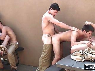 同性戀者在監獄院子裡有一個狂歡