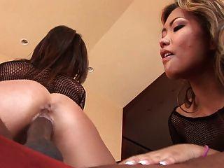 黑人伙計有一個性感的時間與兩個亞洲蕩婦