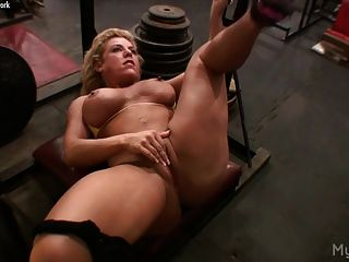 骯髒的金發手淫她在健身房的陰蒂