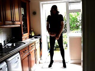 性感的crossdresser alison屁股插頭和暨在廚房裡