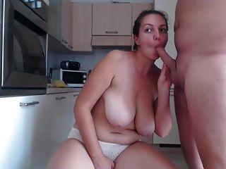 胖的女孩得到他媽的在廚房裡