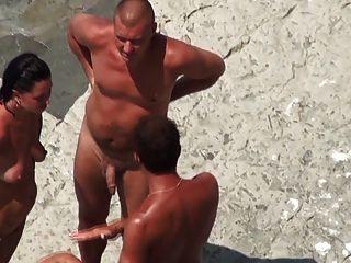 裸體海灘成熟mmf三人行在岸上